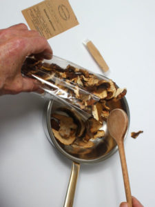Waldpilze Pilzmenge gemaess Rezept entnehmen